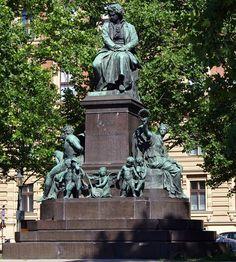 Estatua de Beethoven en Viena realizada por  Kaspar von Zumbusch. Le acompañan Prometeo y Nike así como nueve ángeles que representan sus nueve sinfonías.