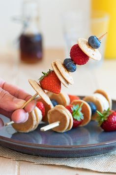 Mini Pancake Skewers that are perfect for a kid-friendly breakfast! Healthy and…