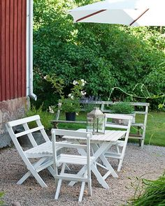 © Carina Olander / Made in Persbo Swedish Cottage, Shabby Cottage, Outside Living, Outdoor Living, Porch Garden, Outdoor Spaces, Outdoor Decor, Building A Deck, House Entrance