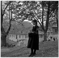 Ελλάδα Μέτσοβο αρχές 1960 φωτογραφία Παύλος Μυλώφ. Greek Independence, Athens Greece, Old Photos, Mythology, The Past, Instagram, History, Artwork, Photography
