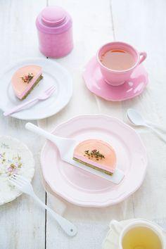 Petit gâteau matcha, cerise et gelée de thé