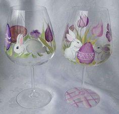 Verres à vin peints avec des lapins et des œufs de Pâques.15 Décorations de Pâques à faire avec des verres à vin