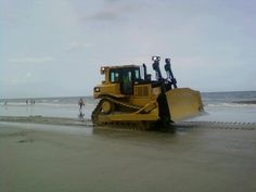 A Cat Dozer's beach day out Construction Humor, Toys For Boys, Boy Toys, Cat Machines, All About Cats, Heavy Equipment, Days Out, Horse Riding, Beach Day