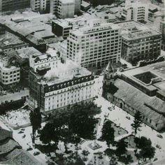 El bobo del tranvia en la esquina del hotel granada for Oficinas santander granada