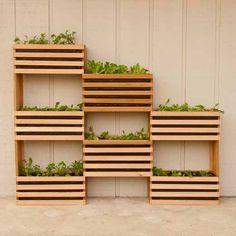 No hace falta disponer de un jardín para tener verduras frescas al alcance de la mano. Basta con una pared… y un poco de sol. Este huerto vertical es un proyecto de la web Man Made DIY, perfecto para aprovechar una pared vacía en la terraza.