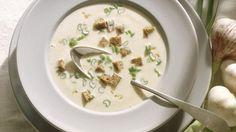 Cremige Knoblauchsuppe aus Innsbruck | http://eatsmarter.de/rezepte/cremige-knoblauchsuppe-aus-innsbruck
