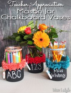 ADORABLE gift for Teacher Appreciation Week! These chalkboard mason jar vases are an easy handmade teacher appreciation gift. Fill the jars with anything from flowers to candy, or classroom supplies to gift cards.