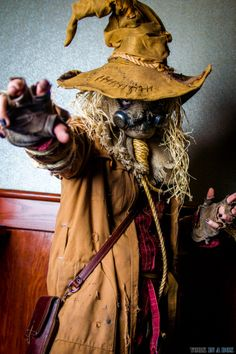 Scarecrow | Photos by York In A Box with Smile-X Villain Co Batman Christian Bale, Batman Begins, Superhero And Villain Costumes, Scarecrow Cosplay, Halloween Treats, Halloween Costumes, Jonathan Crane, Horror Masks, Amazing Cosplay