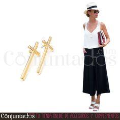 Los pendientes dorados con forma de cruz pondrán el toque rockero a tu outfit ★…