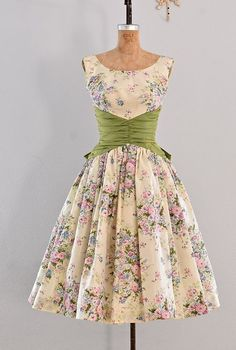 awesome Jupon en tulle : vintage dress - party dress / floral print / belle of the ball Vestidos Vintage, Vintage 1950s Dresses, Vintage Outfits, 50s Vintage, 1950s Fashion, Vintage Fashion, Fashion 2020, Fashion Fashion, Pretty Dresses