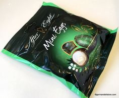 """The fine English way for a stylish Easter basket. The delicious """"Nestlé After Eight - Mini Easter Eggs"""" are made from dark chocolate with exquisite… Milka Chocolate, Chocolate Wafers, Chocolate Biscuits, Chocolate Coating, Chocolate Cups, Easter Candy, Easter Eggs, After Eight, Fruit Gums"""