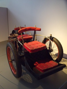 Voiturette Bollée - 1896 Nice red padded seat..