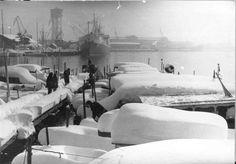 """""""El puerto de Barcelona el dia 26 de diciembre de 1962, después de que una intensa nevada dejara la ciudad paralizada""""."""