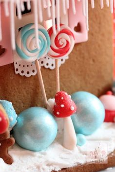 Sweet Treats Gingerbread House: Love all the details! | Sweetopia
