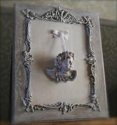 Ravissant cadre ancien en bois patiné avec relief travaillé de style Louis XV Avec au centre tête d'ange
