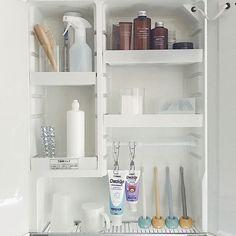 身支度を整える小物からサニタリー用品など、さまざまな小物が集まる洗面所。ついつい物であふれていませんか?そこで毎日使う洗面所をすっきり&使いやすい空間にするアイデアをご紹介します。スペースを有効利用したり、ちょっとした収納アイデアを活用したりすることで、プチストレスを解消しちゃいましょう!