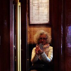 Parigi, momenti di dolcezza e riposo in un bistrot: tra croissant e caffè, giochi di specchi. #bonheur #LessIsSexy #Capitale Umano