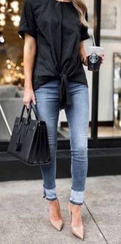 Офисный лук: джинсы с черной футболкой и бежевыми туфлями