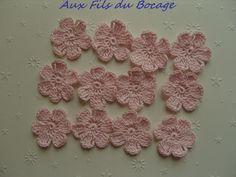 Fleurs au crochet en coton rose pâle, 3 cm, appliques. : Autres Tricot et Crochet par aux-fils-du-bocage