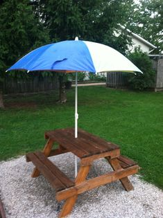 Super cute DIY pallet wood kids picnic table {but, please get rid of the sharp angle in the center of the table underneath!} picnic tables DIY Kids Picnic Table from Pallet Wood Toddler Picnic Table, Picnic Table With Umbrella, Pallet Picnic Tables, Diy Picnic Table, Kids Picnic Table Plans, Pallet Benches, Pallet Couch, Diy Table, Wood Table