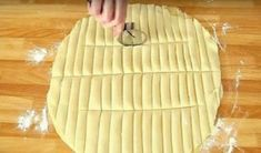 Απλώνει φύλλα για πίτα και τα κόβει σε λωρίδες. Μόλις δείτε τι φτιάχνει, θα τρέξετε στην κουζίνα σας (VIDEO)