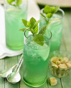 Cocktail au rhum et à la menthe pour 1 personne - Recettes Elle à TableIngrédients      4 cl de rhum 2 cl de sirop de menthe 1 cl de jus de citron      eau gazeuse glace pilée