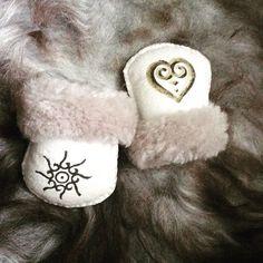 Bilderesultat for skinnfell Leather Working, Leather Craft, Fiber Art, Blankets, Nice, Baby, Crafts, Inspiration, Manualidades