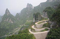 La route de montagne de Tianmen se situe au nord de la province chinoise Hunan et serpente énormément (99 virages) offrant ainsi un paysage vertigineux. Voie de 11 km dont la plus haute pente est à 37°dégrées. Au sommet : les caves de Tianmen, un trou naturel à 1.200 mètres de hauteur. Attention, vertige assuré.