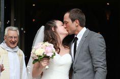 le baiser des jeunes mariés à la sortie de la cérémonie religieuse-Photographe : Pixinelle