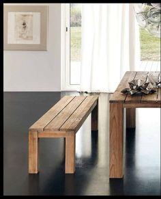 Banco rústico de madera natural a juego con la mesa