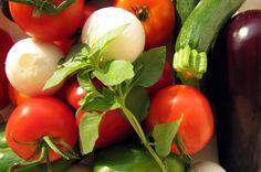 Pour 2 portions – Préparation: 10 min – Cuisson: 20 min Lavez et épluchez tous les légumes. Epépinez l'aubergine, la courgette et la tomate. Coupez-les en tout petits dés. Mettez la semoule dans un petit bol en verre ou en plastique résistant à la chaleur, placez-le dans le premier panier et lancez une cuisson de...Lire la suite →