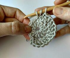 QUÉ HACER CON TUS RESTOS DE ALGODÓN: POSAVASOS COLORIDOS   The Blog - ES Crochet Earrings, Blog, Thread Crochet, Crochet Blanket Patterns, Coloured Glass, Crochet Coaster, Crochet Patterns, Magic Circle, Blogging