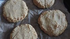 Zelf glutenvrije broodjes maken... van kokosmeel bijvoorbeeld. Als je glutenvrij wil eten, is het wel handig om soms zelf broodjes te kunnen maken, want ...