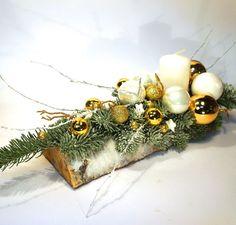 nowoczesne stroiki bożonarodzeniowe - Szukaj w Google Christmas Flower Arrangements, Christmas Table Centerpieces, Christmas Candles, Diy Christmas Ornaments, Rustic Christmas, Xmas Decorations, Christmas Holidays, Christmas Wreaths, Art Floral Noel