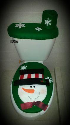 Juego de baño verde muñeco de nieve Christmas Bathroom, Christmas Door, Christmas Stockings, Christmas Crafts, Christmas Decorations, Xmas, Christmas Ornaments, Holiday Decor, Pinecone Ornaments