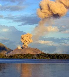 Eruption column caused by a vulcanian-type explosive eruption rises above Tavurvur Volcano in Rabaul Caldera, Papua New Guinea. Lonely Planet, Papua Nova Guiné, Lava, West Papua, Belleza Natural, Papua New Guinea, Beautiful World, Beautiful Places, Science Nature