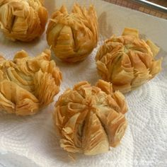 Then remove from wok and drain the golden lotus mooncakes on paper towel. Filipino Desserts, Asian Desserts, Asian Recipes, Huang Kitchen, No Bake Desserts, Baking Desserts, Chinese Cake, Red Bean Paste, Malaysian Food
