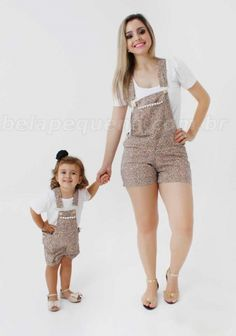 Jardineira Oncinha e Blusa Branca Tal Mãe Tal Filha Mommy Daughter Dresses, Mother Daughter Pictures, Mother Daughter Matching Outfits, Mother Daughter Fashion, Dresses Kids Girl, Matching Family Outfits, Mom And Baby Outfits, Kids Outfits, Black Kids Fashion