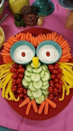 People at your party will give a hoot when they see this cute little owl made out of vegetables and dipping sauce. #PartyFood #VeggieTray #OwlPartyTray