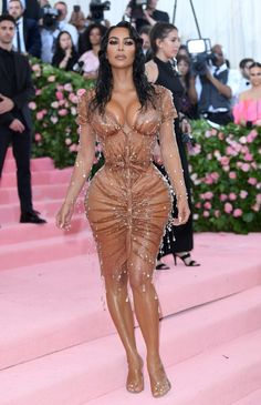 Kim Kardashian might've looked like a million dollars in her 2019 Met Gala outfit but a lot of people online have had something to say abo. Gala Dresses, Sexy Dresses, Vestidos Sexy, Taylor Hill, Glamour, New Haircuts, Kardashian Style, Lily Collins, Celebs