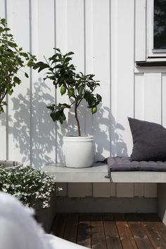 How& your week going? Today I thought I& revisit one of my favourite Norwegian homes - that of photographer Elisbeth Heier. Her home is in a state of constant change, with fresh updates almos Scandinavian Garden, Scandinavian Living, Outdoor Landscaping, Outdoor Gardens, Landscaping Trees, Outdoor Plants, Garden Inspiration, Interior Inspiration, Design Inspiration