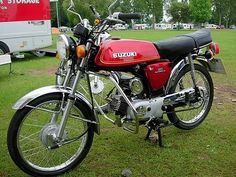 Who had a Suzuki AP50 Moped? Now a classic that lots of people wish to buy... The Suzuki AP 50 had a strong two stroke engine and a really comfortable seat, coupled to a 5 speed gearbox it was a popular sports moped in it's time (but was slightly more expensive to buy than a Yamaha FSIE)... Want to buy one? Check out ebay, MCN classified adverts, and events such as Staffords Classic Bike Show... #AP50 Classic Bike Show, Classic Bikes, Suzuki Bikes, Yamaha Bikes, Mini Motorbike, Mini Bike, Vespa Models, Small Motorcycles, Japanese Motorcycle