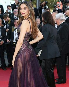 Most Beautiful Bollywood Actress, Indian Bollywood Actress, Beautiful Actresses, Beautiful Models, Dresses For Teens Black, Black Prom Dresses, Frocks And Gowns, Deepika Padukone Style, Military Ball Dresses