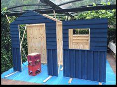Painting the allotment shed in Swedish mat paint.  Het moestuinhuisje wordt vooraf met matte Zweedse verf geschilderd.