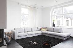 Olohuoneen valoverho ja verhotangot on hankittu helsinkiläisestä Aarrelanka-liikkeestä. BoConceptin sohvalla on Designers Guildin tyynyjä. Matto hankittiin Kuistista.