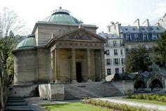 Chapelle Expiatoire, kapel ter herinnering aan Marie Antoinette en Louis XVI. Je ziet er in het park de Parijzenaars hun salades en baguette eten die ze bij Printemps gehaald hebben.