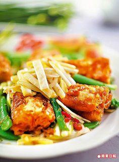 XO醬百花油條 480元 酥脆的油條中夾入香濃蝦漿,搭配韭菜入口,風味更有層次。