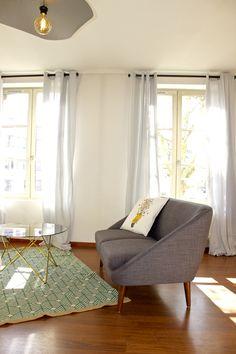 Aménagement d'un appartement style scandinave, canapé 2 places de chez La Redoute Intérieurs, tapis de chez Maison du monde...  ©ClémenceJeanjan