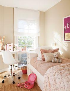 dormitorio infantil con zona de estudio; mobiliario realizado a medida: cama arcón, cajonera y tapa abatible bajo la ventana que hace las veces de mesa de estudio