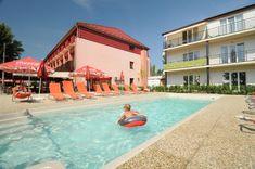 Garni Wellness hotel Relax priamo na brehu Slnečných jazier v meste Senec. Hotel má vlastnú pláž, vonkajší bazén, wellness centrum. Relax, Wellness, Mansions, House Styles, Outdoor Decor, Home Decor, Decoration Home, Manor Houses, Room Decor